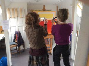 Marjan Smit & Neeltje leggen het werk in ontwikkeling vast.